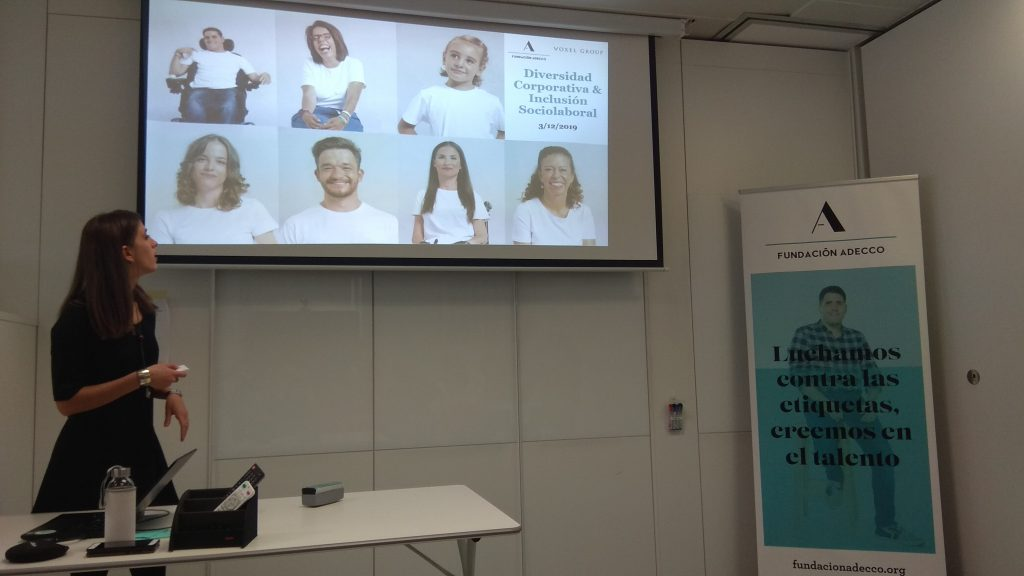Valentina, de Fundación Adecco, explicando el Plan Familia en las oficinas de Voxel.