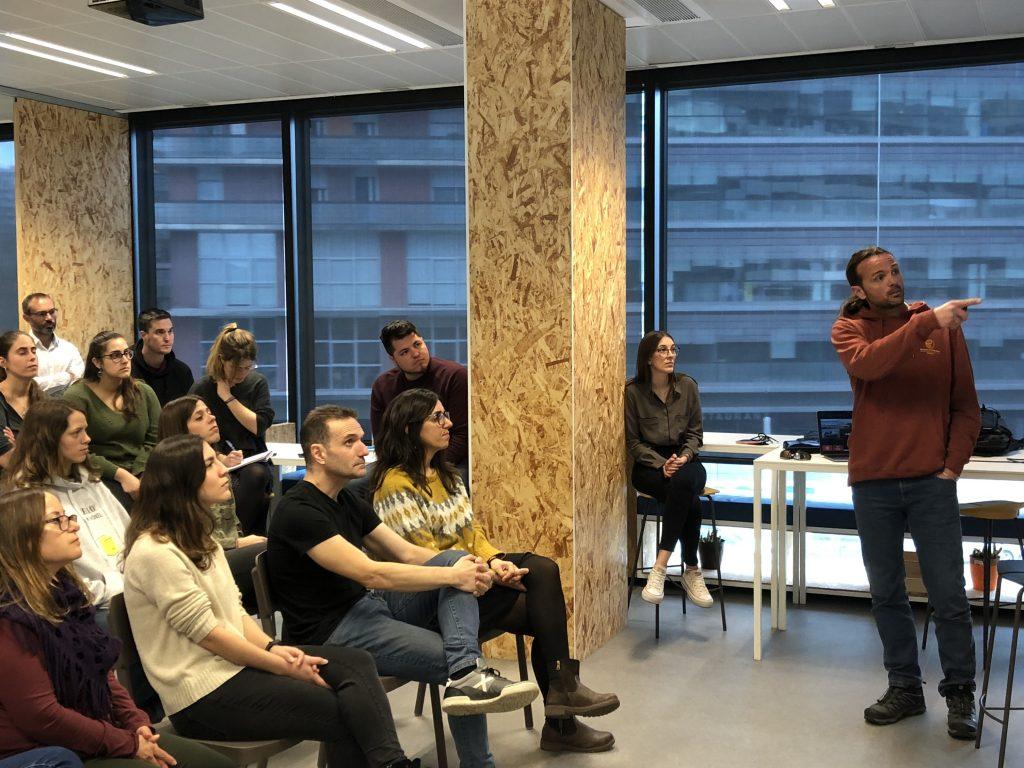 Gerard Canals, Co-fundador de Proactiva Open Arms, en la charla que realizó en las oficinas de Voxel Group.